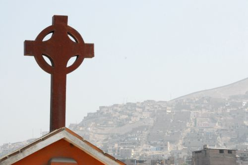Mision Nazareno - the Cross over the hillside shanty towns